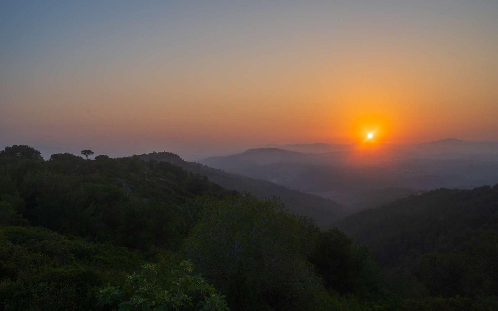 Pourquoi le soleil se lève toujours à l'est et non à l'ouest